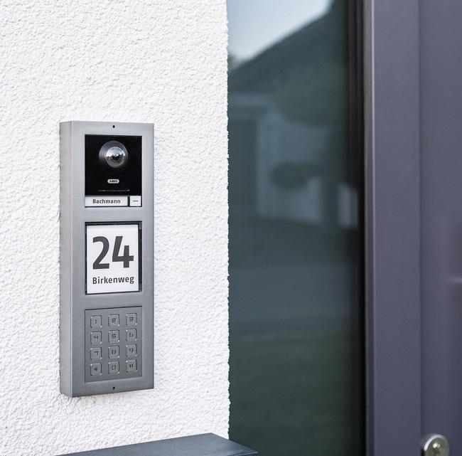 ABUS Video Türsprechanlage TVHS20010 - Aufputzmontage an einer Hauswand