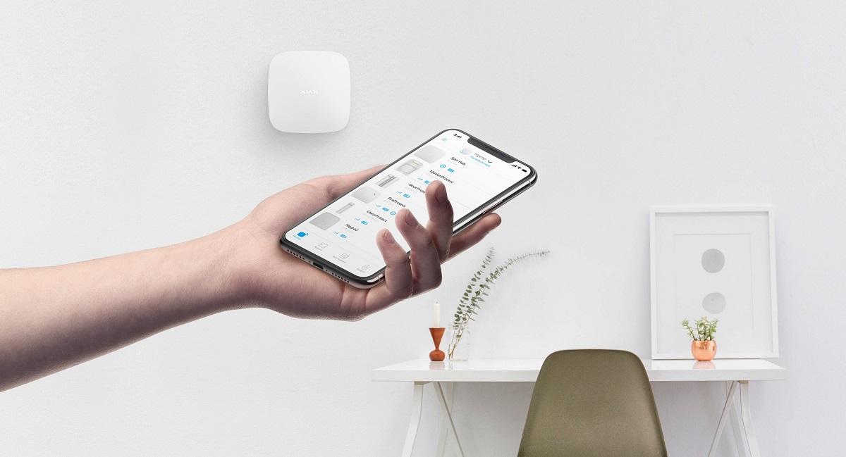 Ajax Hub Plus, weiß - Wandmontage - Bedienung per Smartphone