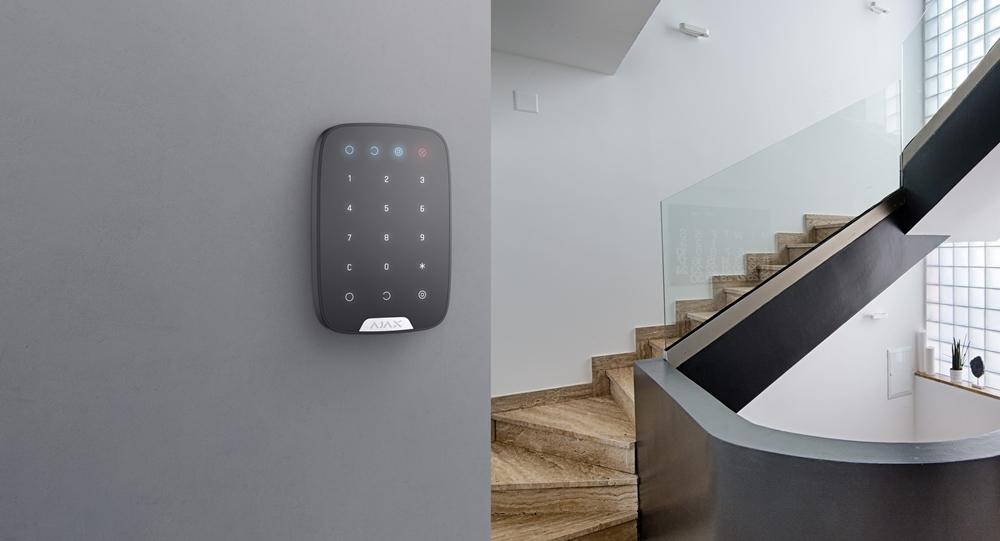Ajax KeyPad schwarz - an Wand montiert