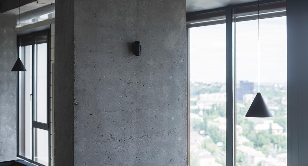 Drahtloser Ajax PIR + Glasbruch Sensor an Wand montiert