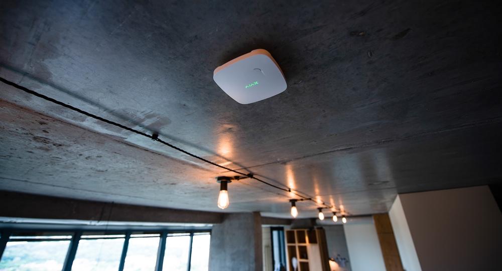 Ajax FireProtect Plus (weiß) an Decke montiert